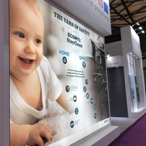 ECONYL® StayClean Home and Office, una parete dedicata al prodotto di punta dell'azienda.