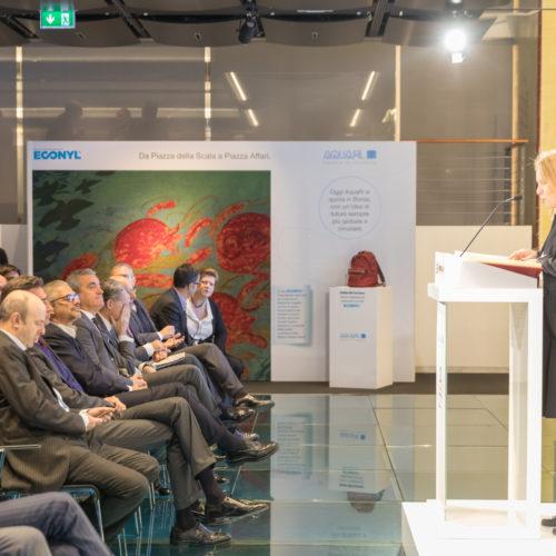 Durante l'evento a Palazzo Mezzanotte e sullo sfondo la comunicazione realizzata per la quotazione di Aquafil con il progetto ECONYL®.