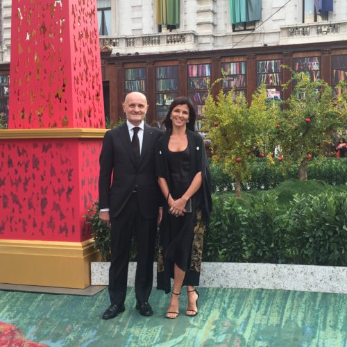 Giulio e Roberta Bonazzi sul meraviglioso tappeto verde con i melograni simbolo dell'evento ai GREEN CARPET FASHION AWARDS a Milano in Piazza della Scala.