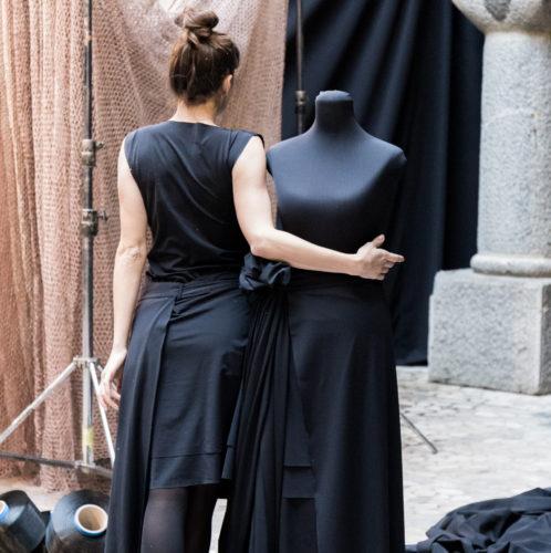 Elegantna črna obleka znamke Things I Miss, ki vsebuje vlakna ECONYL® , foto: Kristjan Svab