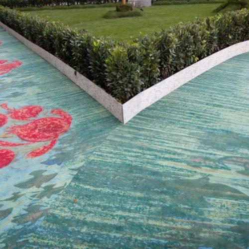 Il tappeto protagonista di Aquafil e sullo sfondo il giardino in erba vera allestito in Piazza della Scala di cui ha parlato tutta la stampa e tutta la città.
