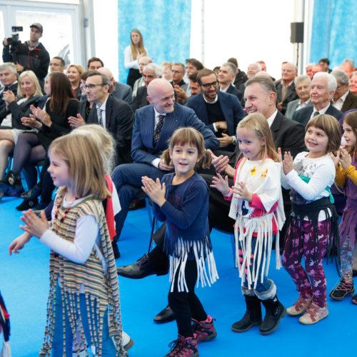 Otroci iz vrtca Pedenjped med nastopom na prireditvi ob 50-letnici AquafilSLO