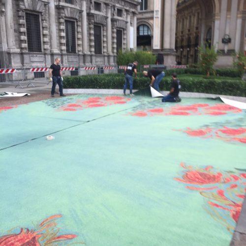 Posa del tappeto in filo ECONYL® realizzato da Aquafil, sponsor dell'evento GREEN CARPET FASHION AWARDS a Milano in Piazza della Scala.