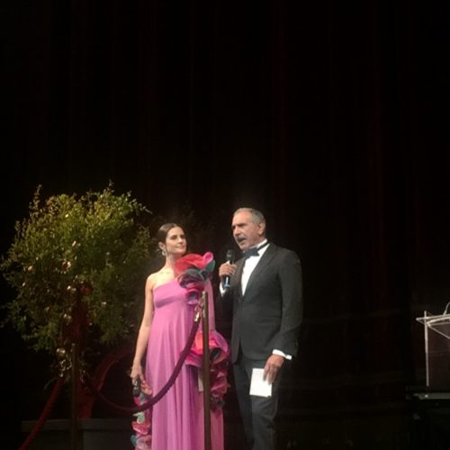 Livia Firth e Carlo Capasa, Presidente della Camera Nazionale della Moda Italiana, presentano i vincitori a Teatro della Scala.