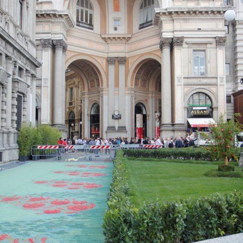 Posa del tappeto in filo sostenibile ECONYL® realizzato da Aquafil, sponsor dell'evento sulla moda sostenibile GREEN CARPET FASHION AWARDS a Milano in Piazza della Scala.